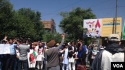 روز گذشته نیز شماری از فعالان مدنی در چهار راهی زنبق، دست به اعتراض زده بودند.