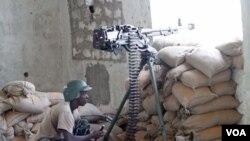 Seorang tentara Uni Afrika dalam pertempuran dengan pemberontak Somalia di selatan Mogadishu (14/2).
