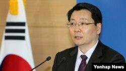 김형석 한국 통일부 대변인이 10일 정부서울청사에서 정례브리핑을 통해 'DMZ 세계평화공원' 조성 문제에 관한 입장을 밝히고 있다.