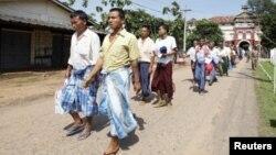 Tù nhân được trả tự do từ nhà tù Insein ở Yangon, tháng 10/2011
