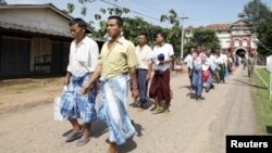 Released prisoners leave Insein Prison in Yangon, Burma, October 12, 2011.