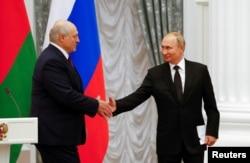Russian President Vladimir Putin (R) meets with Belarus President Lukashenko in Moscow, September 9, 2021. (REUTERS)