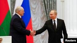 На фото: президенти Білорусі та Росії у Москві