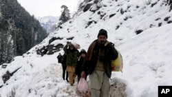 پاکستانی کشمیر میں تودے گرنے کے بعد مقامی شہری شدید مشکلات کا شکار ہیں۔