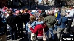 Nơi tưởng niệm nạn nhân vụ nổ bom tại cuộc đua Marathon, gần địa điểm xảy ra các vụ nổ trên đường Boylston, ở Boston, Massachusetts, 21/4/13