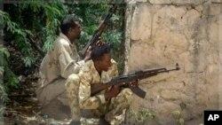 Des soldats somaliens s'abritent durant les affrontements avec al-Shabab