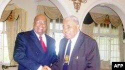 Cựu Tổng thống Ratu Josefa lloilo (phải) qua đời hồi tuần trước, thọ 90 tuổi