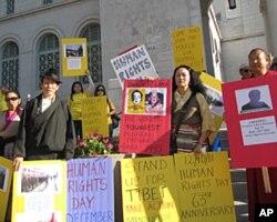 南加州西藏协会会长白玛多可(右二 )