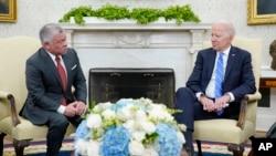 Raja Abdullah II dari Yordania (kiri) saat bertemu Presiden AS Joe Biden di Gedung Putih, Senin (19/7).
