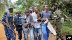 Tiga pria diborgol karena menjadi penyelenggara demo, yang dibubarkan oleh polisi di Jenda, Burundi, 12 Juni 2015.