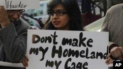 لاپتا افراد کی بازیابی کے لیے سرگرم کارکنوں کا ایک مظاہرہ۔ فائل فوٹو