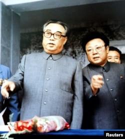 1983年9月朝鲜创始人金日成(左)与他的儿子金正日在群众大会上。