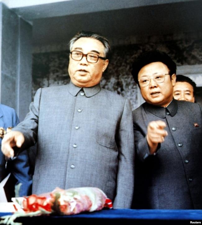 1983年9月朝鮮創始人金日成(左)與他的兒子金正日在群眾大會上。