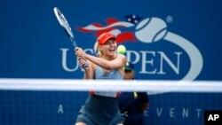 Maria Sharapova dari Rusia mengembalikan pukulan Alexandra Dulgheru dari Rumania dalam turnamen AS Terbuka di New York (27/8). (AP/Jason DeCrow)