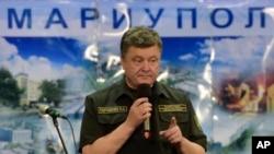 Tổng thống Ukraine Petro Poroshenko phát biểu tại thành phố cảng chiến lược Mariupol.