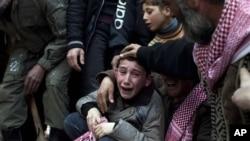 Ahmed menangisi kematian ayahnya yang dibunuh oleh penembak jarak jauh militer Suriah. (AP/Rodrigo Abd)