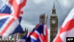 Bendera Inggris berkibar dekat Menara Elizabeth atau terkenal dengan nama Big Ben, di London pusat, 9 Juni 2017. (Foto:dok)