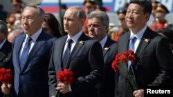 Tổng thống Putin và các quan khách quốc tế đến đặt hoa tại Mộ chiến sỹ vô danh ở Moscow để tưởng nhớ hàng triệu người đã bỏ mạng trong Thế Chiến II.