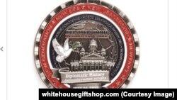 Скріншот з сайту whitehousegiftshop.com. Даний сайт та власне монета не мають стосунку до Білого дому, чи уряду США
