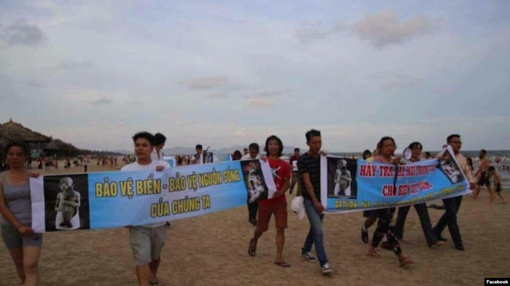 Biểu tình ôn hoà tại bãi Sau Vũng Tàu với các thông điệp bảo vệ môi trường. Hình minh họa. Ảnh: Facebook Hoàng Huy Vũ