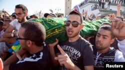 Le corps de Mouhcine Fikri est porté à bout de bras après avoir été happé par une benne à ordures alors qu'il tentait de s'opposer à la saisie et à la destruction de sa marchandise, à Al-Hoceima, Maroc, le 30 octobre 2016.