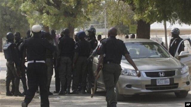 Polisi Nigeria melakukan patroli keamanan (foto: dok). Orang-orang bersenjata menyerang sebuah penjara dan membakar dua truk polisi, Sabtu 16/2.