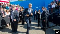 美國總統奧巴馬在耐克(Nike)公司總部跑步上台講話(2015年5月8日)