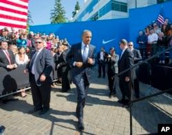 美国总统奥巴马在美国耐克(Nike)公司总部跑步上台讲话(2015年5月8日)