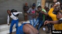 Un groupe d'autodéfense attaque un migrant nigérian devant une église de Pretoria, en Afrique du Sud, le 18 février 2017.