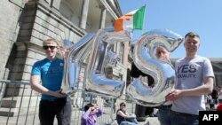 """2015年5月23日在爱尔兰支持同性婚姻的人举着一个""""Yes""""标志。"""