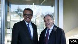 Tổng giám đốc Tổ chức Y tế Thế giới Tedros Adhanom Ghebreyesus (trái) và Tổng Thư ký Liên hiệp quốc Antonio Guterres (hình chụp tại trụ sở WHO ở Geneva ngày 24/2/2020)