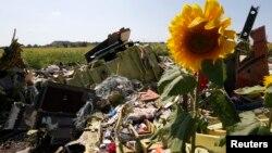 马航班机残骸。有些人认为马航班机被击落和当地冲突有关