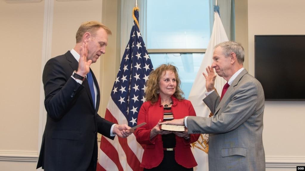 格里芬(右)2018年2月20日宣誓就任科研與工程事務國防次長(美國國防部照片)