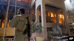 Moja ya majengo yalioharibiwa na mashambulizi ya anga ya Nato huko Libya. (AP Photo/Darko Bandic)