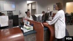 Dr. Fern Hauck na prijemnom punktu klinike porodične medicine univerziteta Virginia