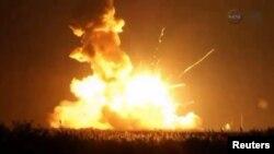 Roket Antares yang membawa kargo untuk stasiun antariksa (ISS) meledak saat peluncuran di pulau Wallops, lepas pantai Atlantik Selasa petang (28/10).