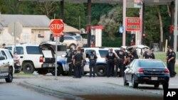 Cảnh sát chặn các con đường sau khi xảy ra vụ đọ súng với hung thủ.