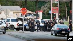 경찰이 13일 검은색 차에 타고 있는 총격범과 대치하고 있다. 총격범은 이날 새벽 달라스 경찰 본부에 총격을 가했다.