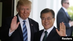 Los presidentes Donald Trump y Moon Jae-in, de Corea del Sur, saludan en la visita anterior del mandatario surcoreano el 30 de junio de 2017.