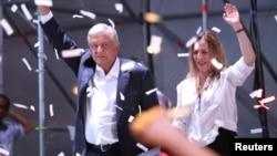 Andres Manuel Lopez Obrador sa suprugom