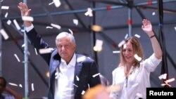 Andrés Manuel Lopez Obrador et sa femme Beatriz Gutierrez Muller, pendant un meeting populaire , Mexico, Mexique, le 1er juillet 2018.
