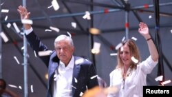 Andres Manuel Lopez Obrador ak Madanm li Beatriz Gutierrez Muller nan vil Meksiko, premye Jiyè, 2018.REUTERS/Goran Tomasevic.