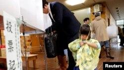 22일 일본에서 총선이 진행되는 가운데 도쿄의 한 투표소에서 유권자가 투표하고 있다.