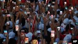 Orang-orang memotret dengan ponsel mereka sebelum Presiden Recep Tayyip Erdogan berpidato dalam demonstrasi di Istanbul (7/8). (AP/Emrah Gurel)