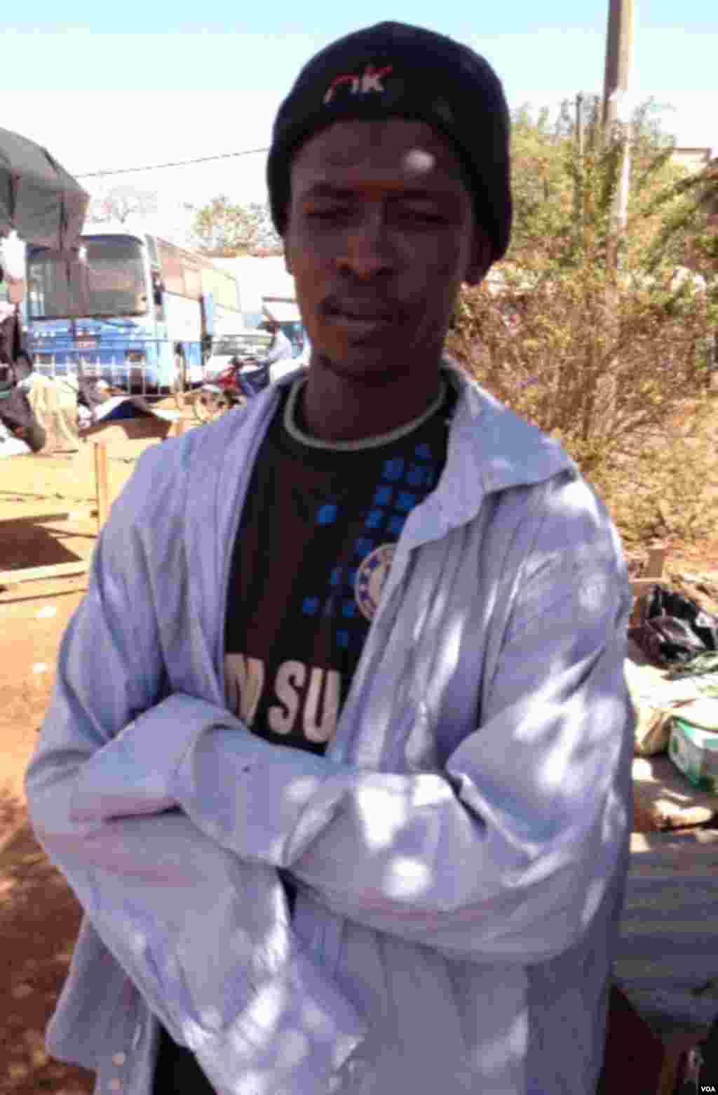 """这位名叫摩克塔·图雷(Moctar Toure)的年轻男子被伊斯兰激进组织""""西非统一圣战运动""""(MUJWA)砍去了手臂。(Idriss Fall/VOA)"""