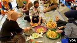 Pegawai Pemkot Surabaya mengolah empon-empon untuk bahan pembuat minuman Pokak di dapur umum (foto Petrus Riski-VOA).