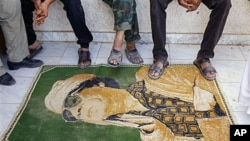 Tabarmar kofa mai hoton Kadhafi da 'yan tawaye suke amfani da shi.