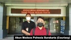 Arham (baju merah) di halaman Polresta Surakarta menyampaikan permintaan maaf kepada Wali Kota Solo, Gibran Rakabuming Raka, karena mengunggah komentar menyudutkan putra Presiden Jokowi tersebut. (Foto: Courtesy/Akun Medsos Polresta Surakarta)