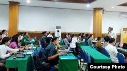 Kegiatan LPMP Depdikbud RI memberi pelatihan IT pada guru-guru sekolah (courtesy: I Ketut Suarnaya).