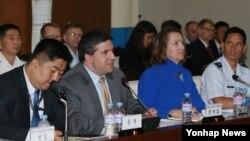 미국 측 대표인 에이브러햄 덴마크 미 국방부 동아시아부차관보(왼쪽 두번째)가 23일 서울 국방부에서 열린 제8차 미한 통합국방협의체(KIDD) 회의에서 모두 발언을 하고 있다.